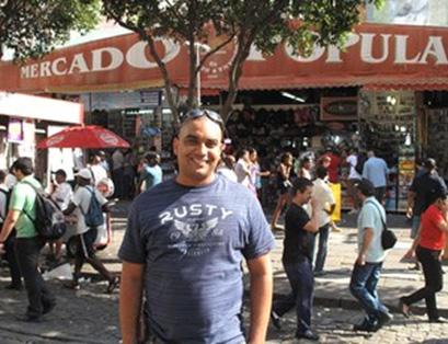 Fabrício em frente ao Mercado popular no Rio (Foto: Fred Huber / Globoesporte.com