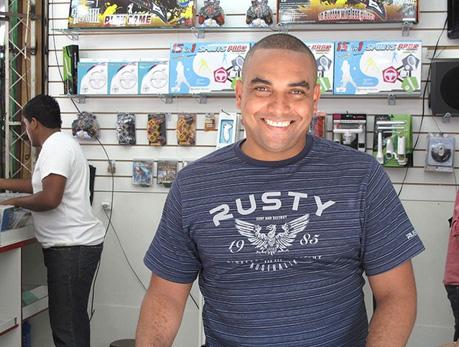 Fabricio na loja que montou na Uruguaiana após abandonar o futebol (Foto: Fred Huber / Globoesporte.com