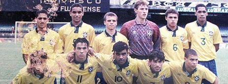 Fabrício (o segundo em pé da esquerda para a direita) jogando na seleção ao lado de Ronaldo (Reprodução)